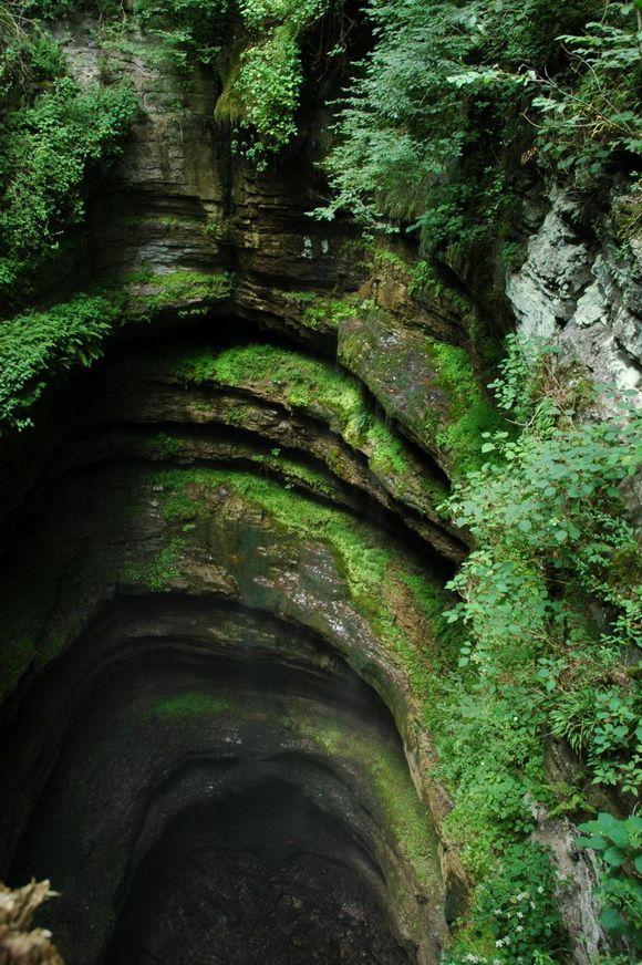 Poço Neversink, no Alabama, USA. É um buraco de calcário, com bordas cobertas por samambaias e cachoeiras. Tem 12 m de largura na parte superior e 30 m de largura na parte inferior, com 30 m de profundidade. É o lar de morcegos e várias samambaias raras e ameaçadas de extinção.