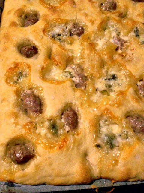 Focaccia gorgonzola e salsiccia