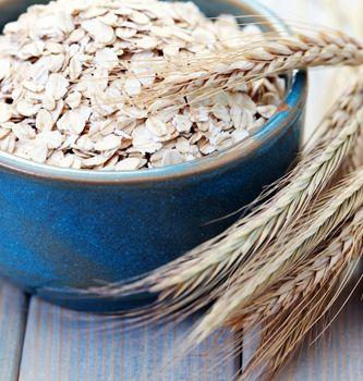 Der er en del kalorier i en portion havregryn, men det bør faktisk ikke afskrække dig fra at spise en portion som morgenmåltid. Også selvom du har et stillesiddende job.    Havregryn byder nemlig på en række fordele, som du ikke nødvendigvis finder i andre morgenmadsalternativer. Ud over at være et fuldkornsprodukt har havregryn en god sammensætning af både kulhydrater, protein og fedt, som virker mættende. Og i de otte officielle kostråd anbefales det netop at spise fuldkorn dagligt.