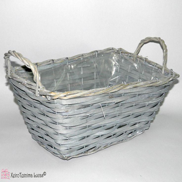Ψάθινο πανέρι παραλληλόγραμμο με συρμάτινο σκελετό και επένδυση από πλαστικό στο εσωτερικό του, διαθέσιμο σε λευκό ή γκρι χρώμα. Κατάλληλο για αποθήκευση ή συσκευασία δώρου. Straw parallelogram basket, available in 2 colors grey or white.