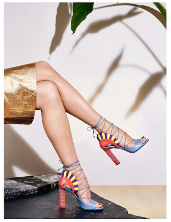 A designer Paula Cademartori, ítalo-brasileira, faz bolsas e sapatos super ousados, coloridos, diferentes!