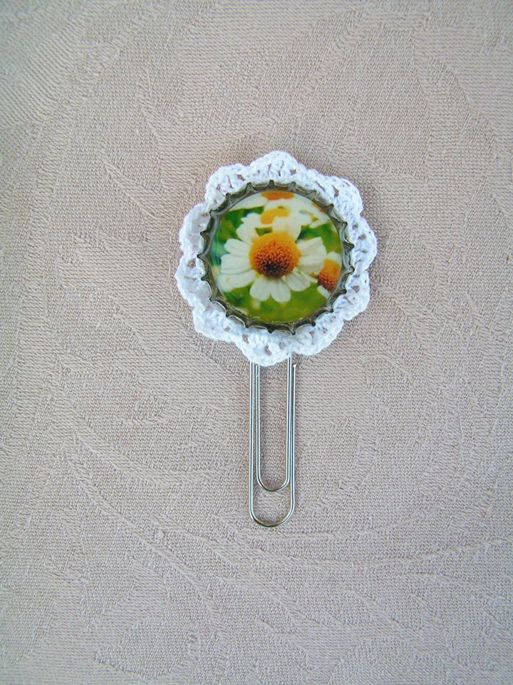 Because not only jewelery can decorated with lace :  Chamomile forest bookmark