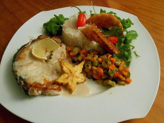 Requin grillé sauce coco accompagné d'ananas aux épices et d'une brunoise de légumes exotique