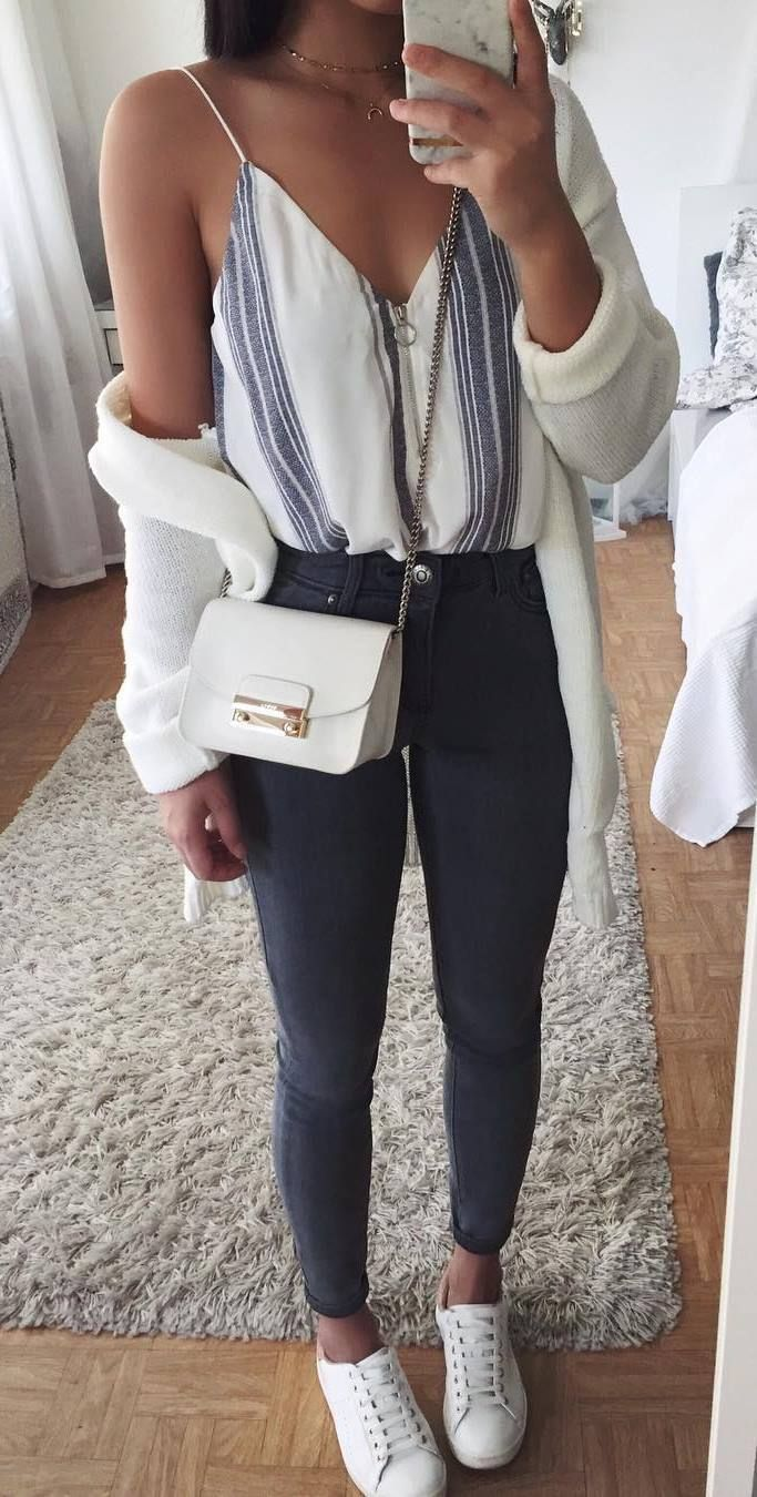 What you should wear to a striped top: bag + white cardi + skinny jeans + sneakers
