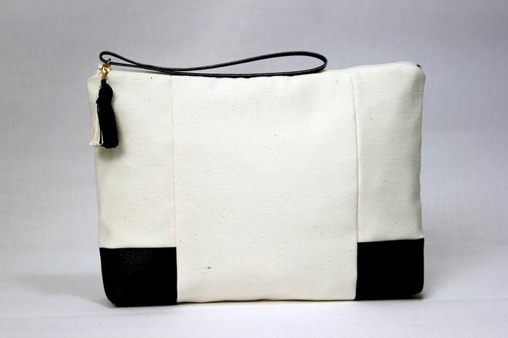 Pochette/ Bicolore noire et blanche en coton. $40,00, via Etsy.