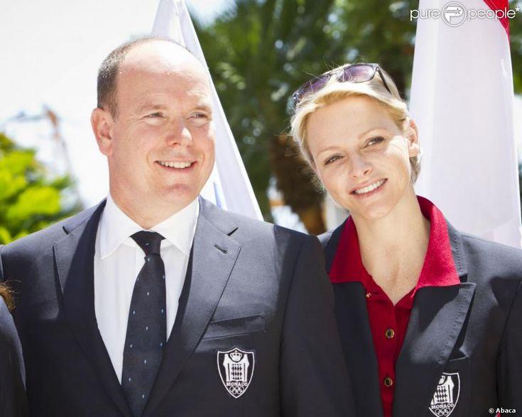 Le prince Albert et la princesse Charlene de Monaco lors de la présentation de la délégation monégasque pour les JO de Londres en juillet 2012