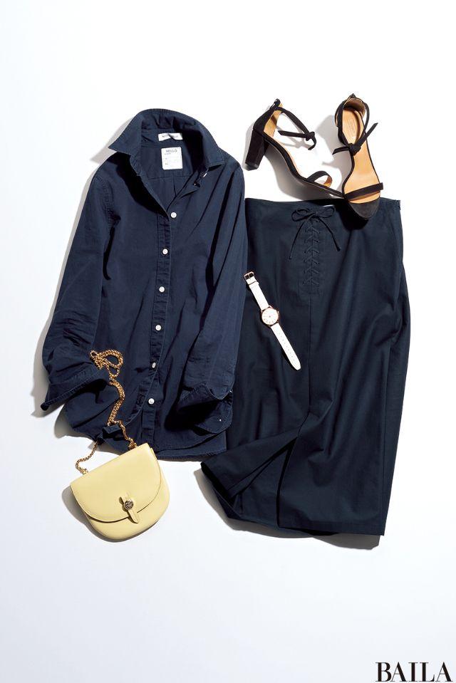 仕事で大事な予定がある、そんな場合は誠実さが伝わるようにネイビーで統一したシャツ×スカートスタイルで。ネイビーに映える白いベルトの時計が、爽やかな印象で身振り手振りを印象的にしてくれます。シューズは女っぽいブラックサンダルがオススメ。涼しげに見えるうえ、美脚な印象も叶います。 シ・・・