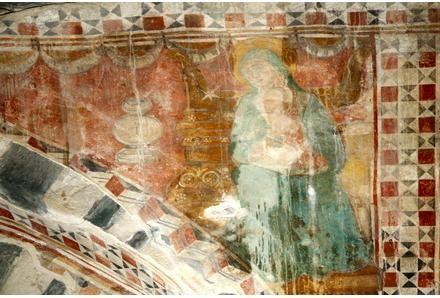San Michele di Murato ( Corsica ). L'interno della chiesa è ornato da resti di pitture monumentali risalenti al Trecento, fissate su un intonaco-supporto. Sull'arco trionfale è rappresentata un'Annunciazione incorniciata da una decorazione geometrica. L'Arcangelo Gabriele è dipinto con un abito bianco adorno di stelle nere, la Vergine Maria con un lungo mantello azzurro cielo bordato di bianco. Lo Spirito Santo è simboleggiato da una stella bianca.