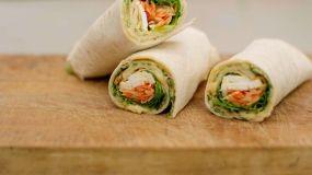 Jeroen Meus: wraps met dunne omelet, humus, wortelsla en feta