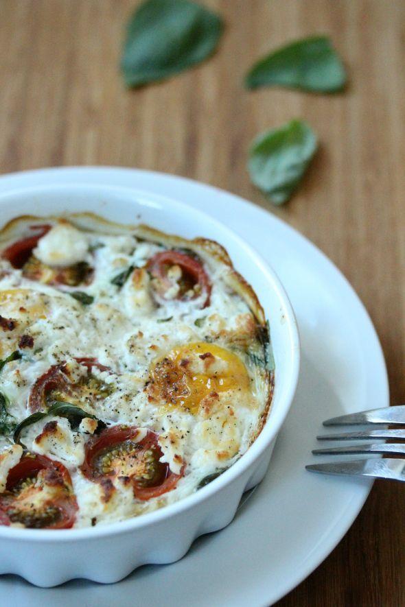 I love ei! Gebakken, gekookt, roerei, gepocheerd en nu dus ook uit de oven: eieren met tomaat en geitenkaas! Mocht ik vroeger twee eitjes per week van mamalief, tegenwoordig zijn dit er wel iets meer.