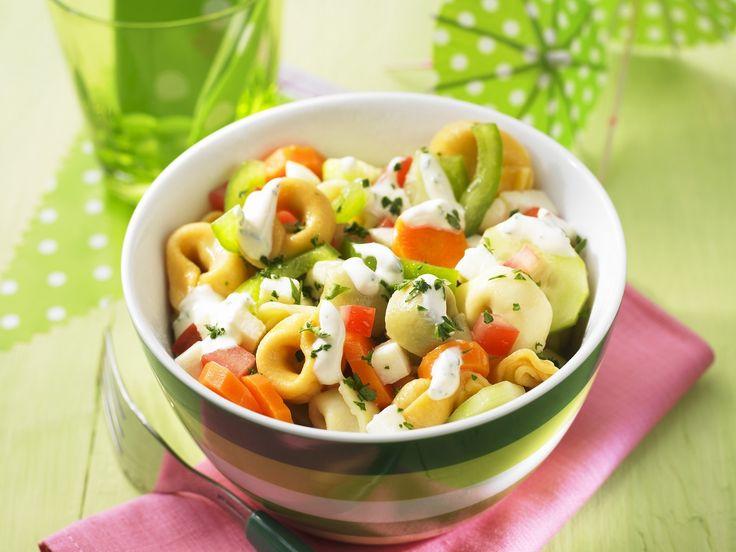 Bunter Tortellini-Salat | Zeit: 30 Min. | http://eatsmarter.de/rezepte/bunter-tortellini-salat