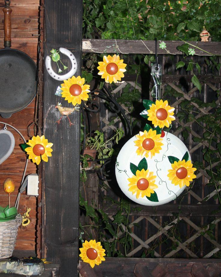 alte Pfanne mit Sonnenblumen aus bemalten Getränkedosen