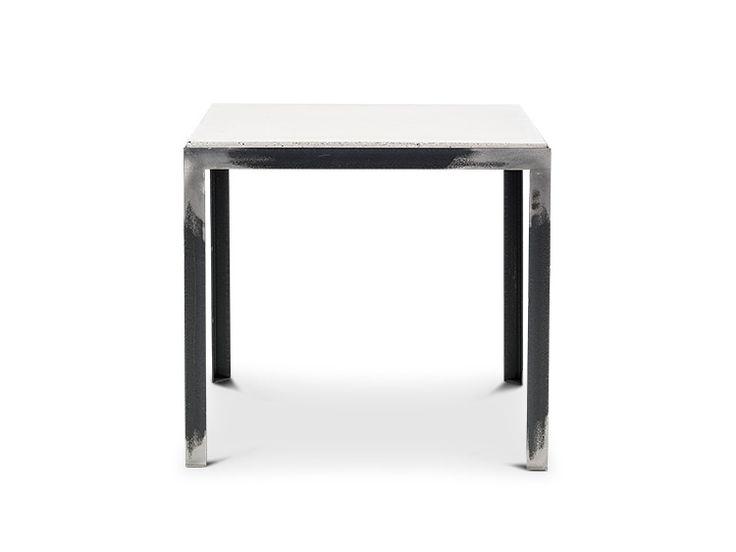 SOFFBORD 50 Soffbord i tunna, strama linjer av grova material, skapar ett spännande känsla. Betongskivan är nedsänkt i stålramen. Bordet blir en fin kombination till olika soffor. Tillhörande bänk att placera under bordet eller att möblera intill.