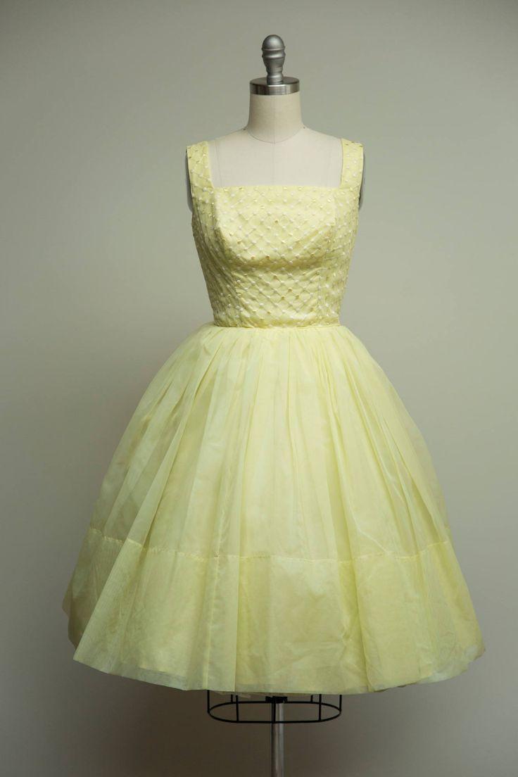 jaren 1950 vintage jurk gemaakt van gele nylon chiffon over een acetaat bekleding en voering van tulle. Ingerichte taille, vierkante hals, mouwloos bodice. Volledige verzamelde rok. GENAAISTE voor pasvorm. Lang terug metalen rits.  ☞ Metingen Bust: 32.5 Taille: 25 Heupen: gratis Lengte: 40.5 : Papier veel LabelTag  Gemaakt van nylon chiffon. Uitstekende vintage staat, vers droog gereinigd en klaar om te dragen.  ☞ Bezoek de winkel http://www.etsy.com/shop/stutterinmama  Tw...