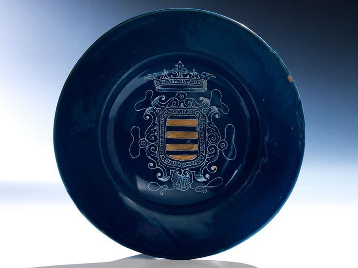 tief gemuldeter teller mit breiter fahne im spiegel ist auf den dunkelblauen fond eine. Black Bedroom Furniture Sets. Home Design Ideas