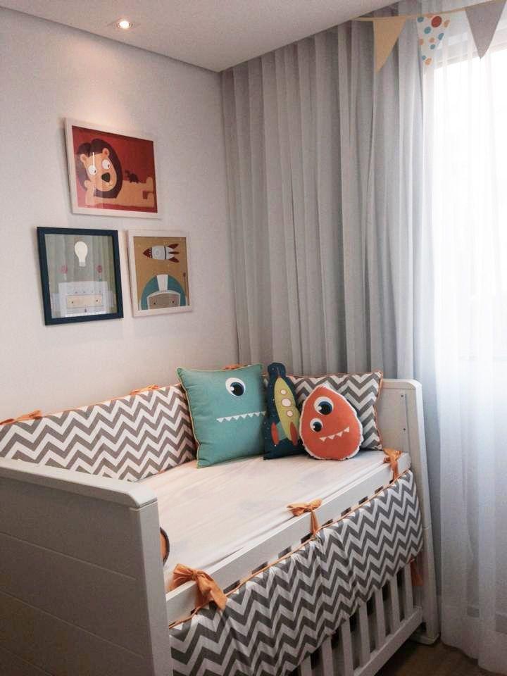Quarto lindo do Pedro, com kit-berço e bandeirolas da PiLuLiTo. Estampa chevron cinza e branco com detalhes em amarelo ouro. Super moderno e aconchegante para o bebê. Ja conhece a nossa loja? www.pilulito.com.br