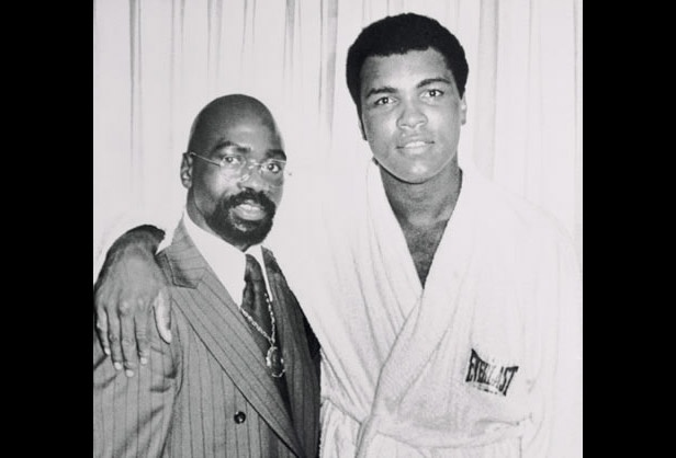p class=aboutThisPhotoFormer middleweight contender Rubin Hurricane Carter, dropped by Muhammad Alis hotel suite, to thank the heavyweight champ for his efforts in getting Carter a new trial./p p1976/p