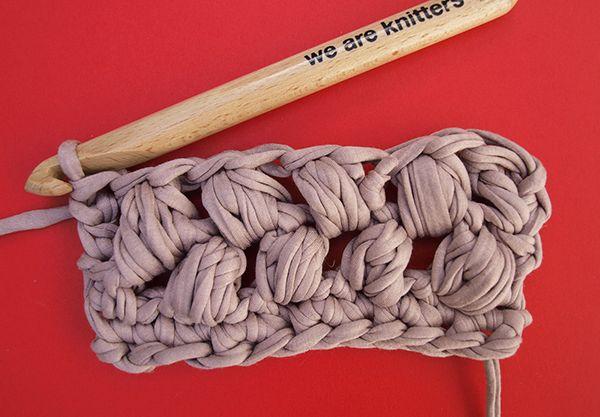 ¡Hola knitters!Hoy vamos a aprender a tejer una nueva técnica de crochet, punto puff.En el mundo del knitting el punto puff es muy usado para tejer bolsos y accesorios de trapillo.Es un punto que visualmente es muy bonito y técnicamente es bastante sencillo, cualquier knitter puede tejerlo. ;)El punto puff se forma básicamente por un número de pasadas por un mismo punto, depende de tu gusto o del patrón para tejer tu prenda WAK, nosotros vamos a hacer 4 pasadas.1º. Montamos el número de ...
