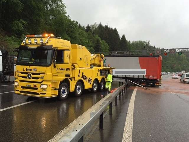 Lastwagen durchschlägt Leitplanke auf A1: 20 Kilometer Stau nach Crash vor Baregg | Blick