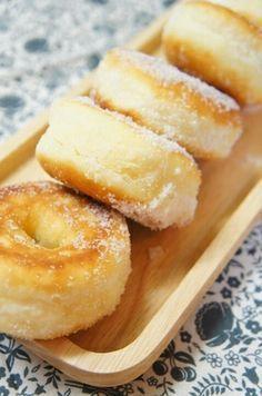 捏ねない!フライパンでふわん♪とろけるドーナツ Knead dough with your fingers; pop the rings in a fry pan...and you have lovely donuts! #yummy #Japanese #donuts