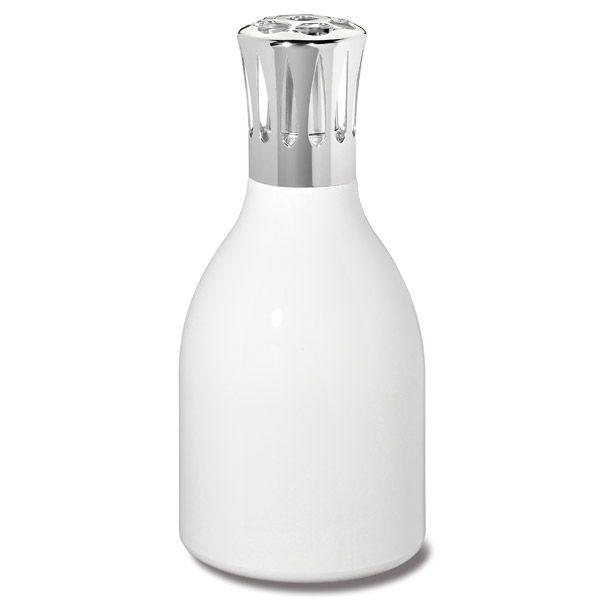 Mélange de styles. Design moderne pour cette lampe en verre dont la forme évoque les bouteilles de lait d'antan. Harmonieuse et ludique.