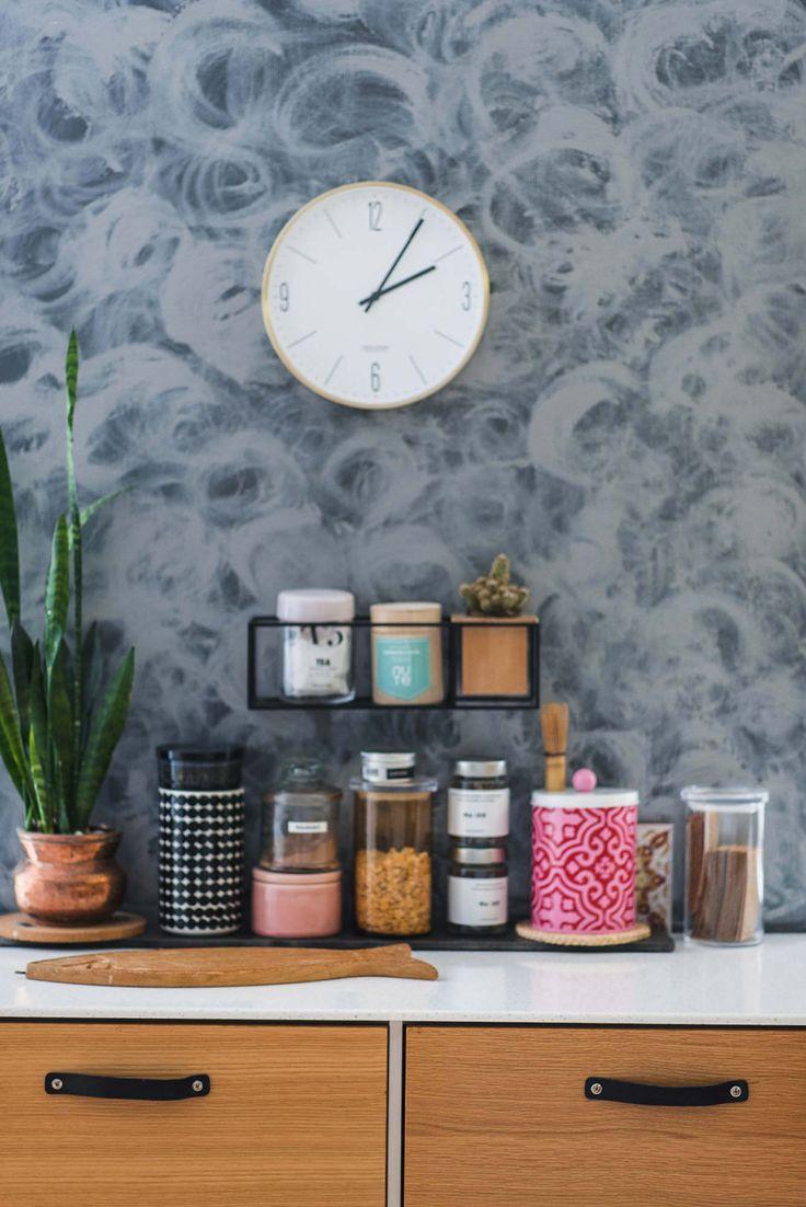 Tammiviiluovet ja nahkavetimet Unique Home -keittiössä.