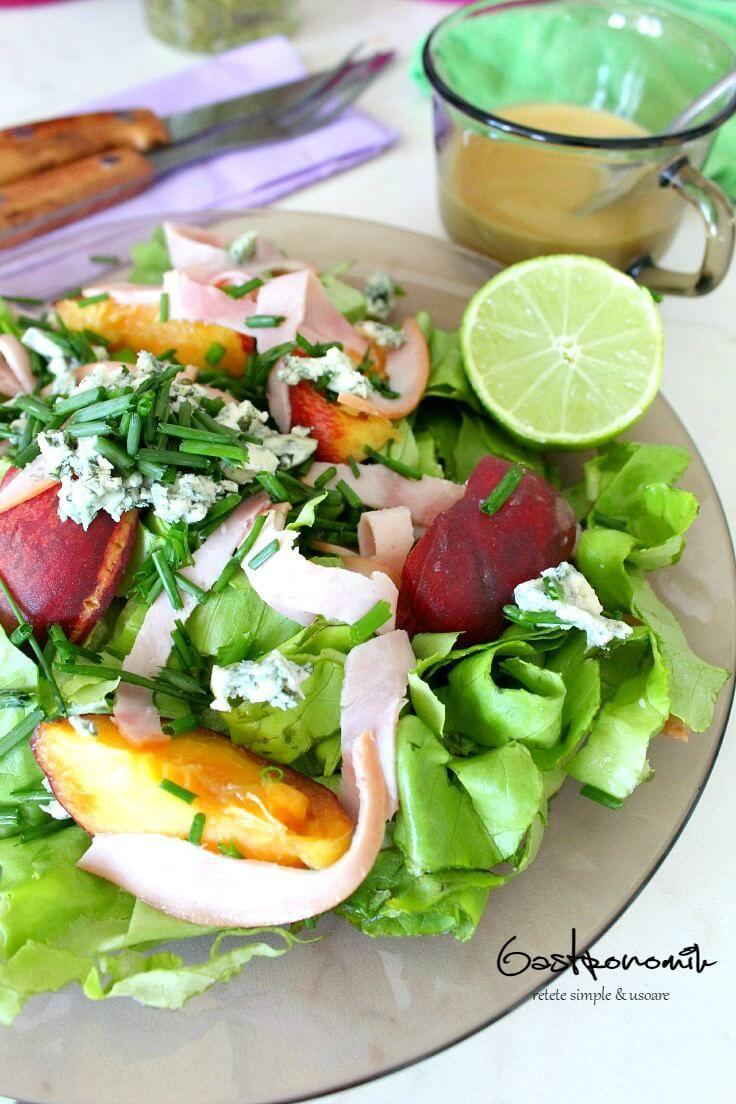 SALATA DE PIERSICI CU BRANZA ALBASTRA - Cauti un pranz sau o cina usoare! Incearca o salata de piersici și branza albastra. Cremoasa & delicioasa, gata in doar cateva minute!   #salata #piersici
