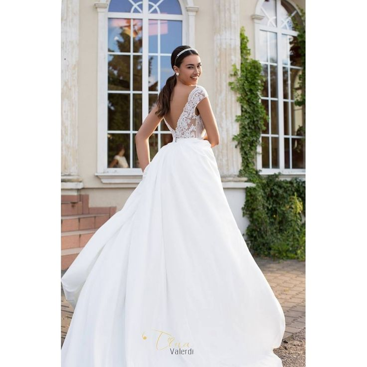Prekrásne luxusné svadobné šaty so širokou sukňou s vlečkou