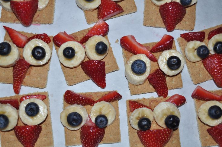A healthy owl-themed snack: graham crackers, strawberries, blueberries, and bananas.
