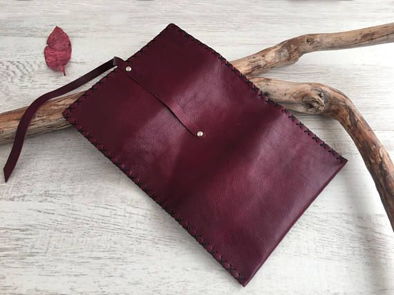 Tobacco pouch in genuine leather ... Inside there are pockets for filters and papers, and closes with a wrapping leather strap. Simple and functional! Choose the color of the leather and the thread and get a unique piece for you or a special gift for a friend! Dimensions: 155mm x 80mm