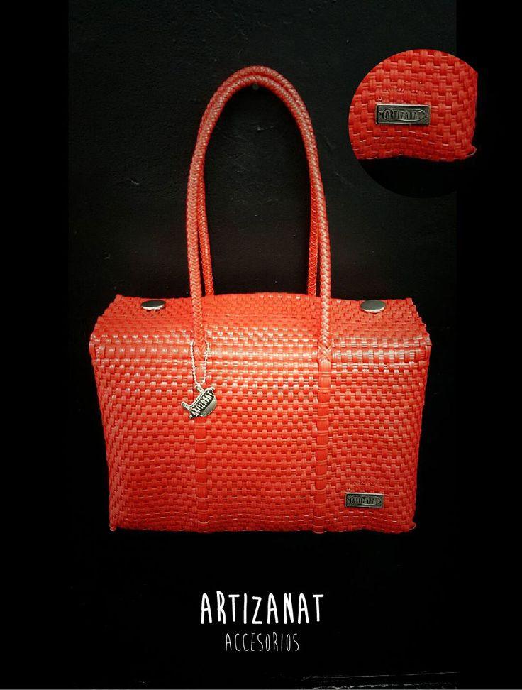 El rojo nunca pasa de moda si de bolsos juveniles se trata, ¿qué tal este hecho a mano?
