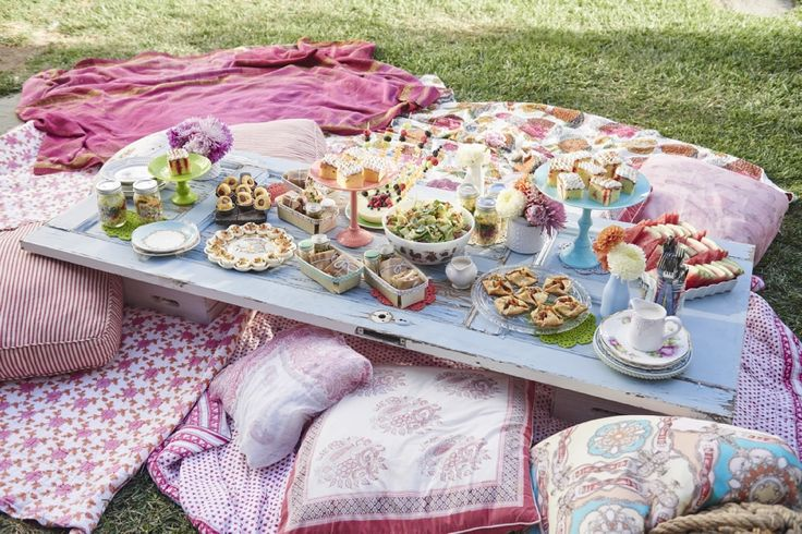 Hosts Tori Spelling and Dean McDermott's picnic table for their Spring Picnic, as seen on Cooking Channel's Tori
