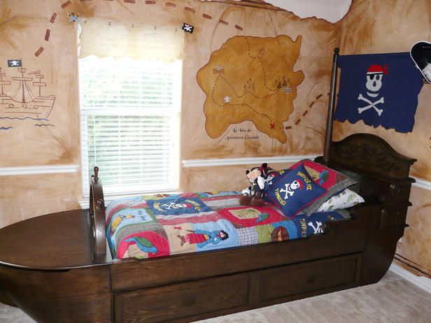 This pirate-inspired room has everything necessary to set a course for adventure — from a treasure map mural to a rustic pirate-ship bed.: Pirates Ships, Boys Bedrooms, Amazing Rooms, Pirates Rooms, Boys Rooms, Pirates Bedrooms, Treasure Maps, Kids Rooms, Kids Bedrooms Ideas