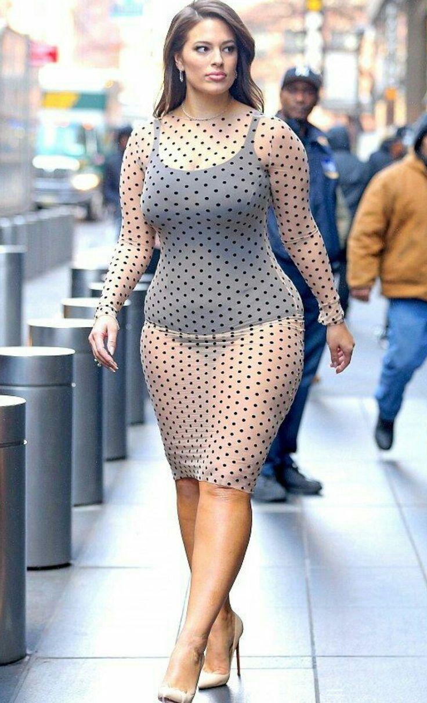 Пышная дама в прозрачном платье