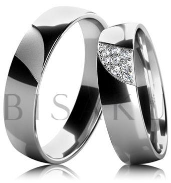 B06 Originální snubní prsteny, které se od většiny vzorů odlišují zdobným prvkem ve tvaru atypického výřezu, který je v dámském prstenu vyplněn zasazenými kameny a v pánském zůstává matný. Těmito prvky jsme docílili kýženého kontrastu s jinak lesklým povrchem obou prstenů. #bisaku #wedding #rings #engagement #svatba #snubni #prsteny