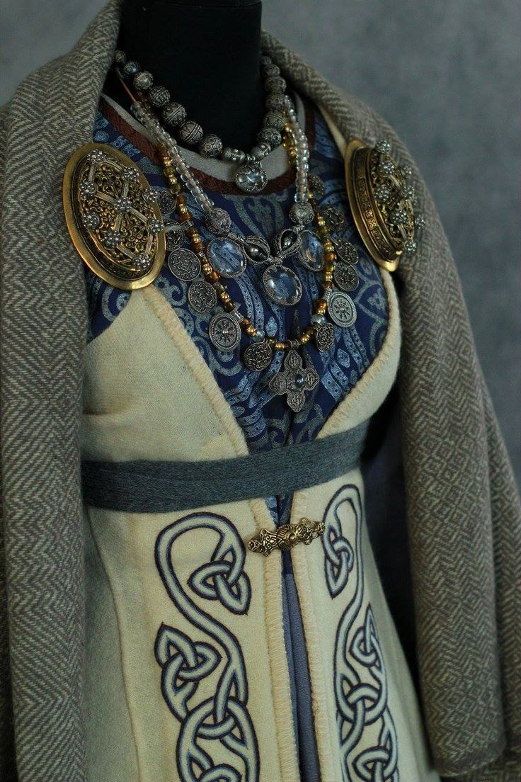 Hübsches Wikinger-Kleid #hubsches #kleid #wikinger Stickerei