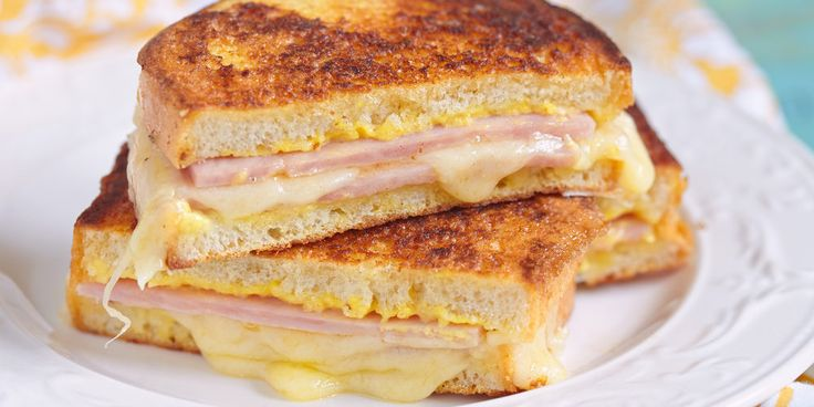 Préparation : 1. Préchauffez le four à 180°C. Tartinez le chèvre frais sur 2 tranches de pain de mie. Ajoutez ensuite une demi-tranche de jambon et un peu de gruyère râpé. 2. Trouez le centre de 2 …