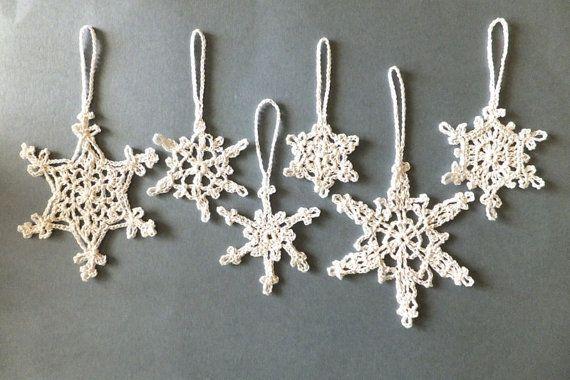 Ho a maglia i fiocchi di neve di pizzo bianco da filo di cotone 100%.  Miei fiocchi di neve alluncinetto sarà un modo squisito e classico per decorare la vostra casa e lalbero di Natale! Farvi Natale speciale questanno!  Questo elenco è per 6 piccoli e grandi fiocchi di neve in diverse forme con occhiello per aggancio.  ✽ ✽ ✽ ✽ ✽ DIMENSIONI 5, 7, 8, 10, 11 cm (2, 2.8, 3.1, 4, 4,3 pollici) senza occhiello per aggancio  ✽ ✽ ✽ ✽ ✽ SPEDIZIONE GRATUITA ✑Items vengono spediti entro 1-3 giorni…