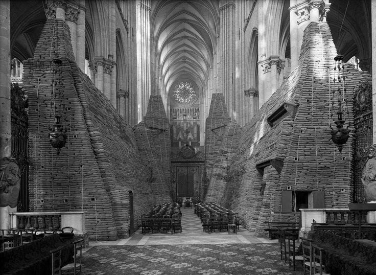 А это мешки с песком внутри Амьенского собора тоже во Франции для защиты от бомбардировок во время Второй мировой войны 1940 год.