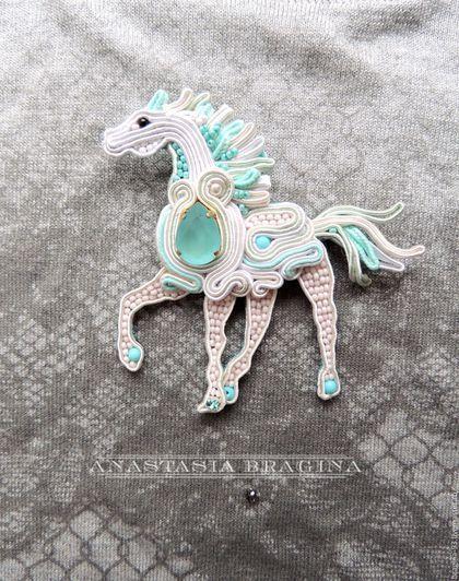 Купить или заказать Сутажная брошь' Рожденная в ночи' в интернет-магазине на Ярмарке Мастеров. Большая винтажная страза цвета неба украшает брошь и придает ей особый смысл. Цветовая гамма украшения завораживает и не может быть незамеченной! лошадь — символ жизненной животной силы, красоты, грациозности, мощи и завораживающего гармоничного движения. Символ верности и в то же время неукротимой свободы, бесстрашия, воинской доблести и славы. Сутажные украшения очень легкие, почти невесомые,…