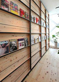 壁にずらりと本が並んだオフィス