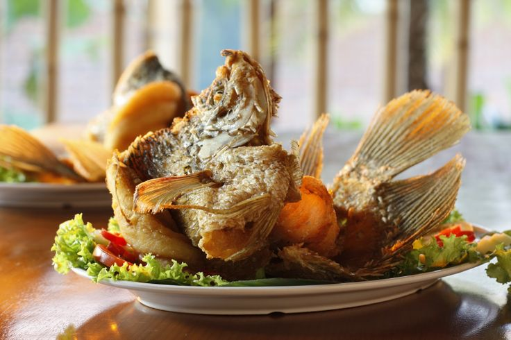 Ikan Gurame Terbang Goreng,fried flying gourami fish served with herbs and sambal