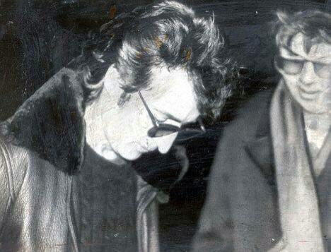 John Lennon firmando un autógrafo a Mark David Chapman, quien momentos después, lo asesinaría. https://t.co/d53KXUgkGv