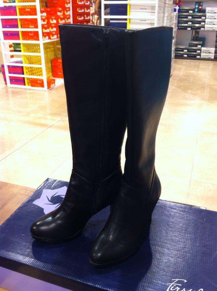 Stivali alti neri con tacco. Acquisto per la discussione di laurea. brand: Firts Lady