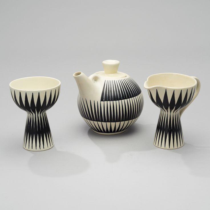 TEKANNA GRÄDDKANNA OCH SOCKERSKÅL. Kupittaan Savi, 1960-tal.  Svart och vitt glaserad keramik. Signerade OL(Orvokki Laine)/NP(Nuppe Pulkkinen), LL(Linnea Lehtonen)/EG, OL/LK, Made in Finland. Höjd 13,5-15 cm.