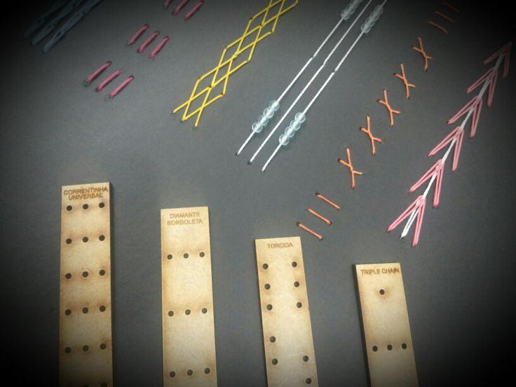 GABARITO EM MDF com 21,5cm de comprimento por 2,5cm de largura - o tamanho ideal para fazer a marcação dos furos para a COSTURA TRIPLE CHAIN <br> <br>OBS: NÃO ACOMPANHA PASSO A PASSO