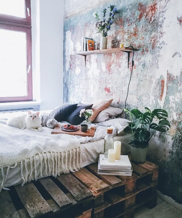 Amazing bedroom with palet bed and unfinished wall
