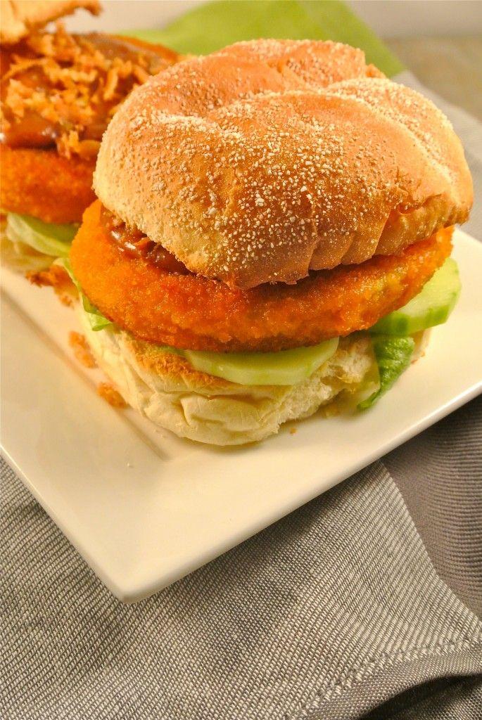 Broodje Chicken Sate - Het broodje wordt belegd met ijsbergsla, komkommer, een kipburger, zelfgemaakte satesaus en gebakken uitjes.