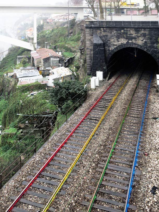 artur-bordalo-railroad-street-art http://restreet.altervista.org/artur-bordalo-usa-i-binari-della-ferrovia-come-tela/