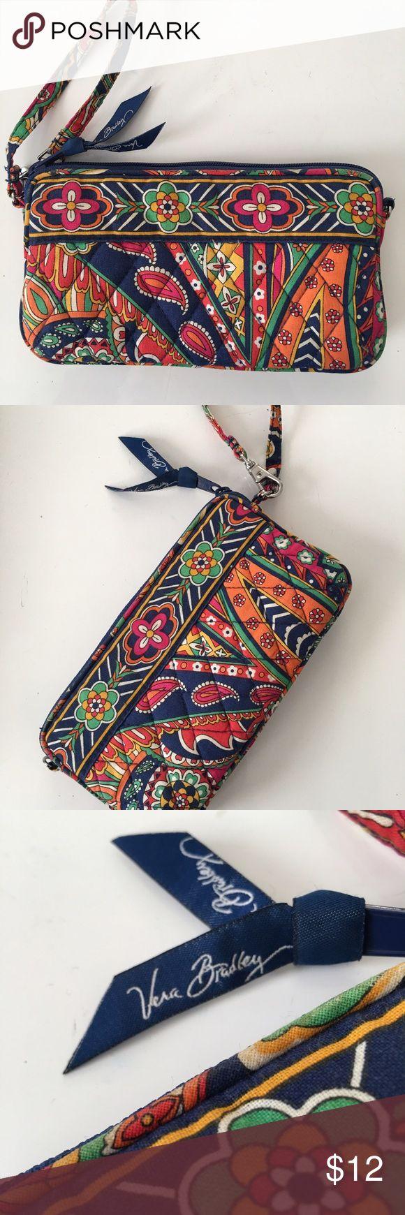 Beautiful Vera Bradley Wristlet  Very cute Vera Bradley wristlet, awesome pattern ✨ Vera Bradley Bags Clutches & Wristlets
